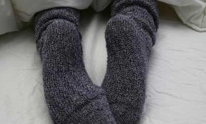 جوراب پوشیدن در رختخواب – مراقبت در منزل